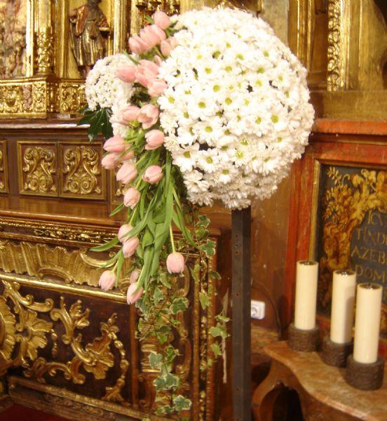 Centros de flores para una boda con arreglos florales en for Adornos para bodas con plantas